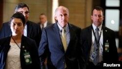 댄 코츠 미 국가정보국장이 6일 비공개로 열린 북한과 아프가니스탄 전략에 관한 상하원 설명회에 참석하기 위해 의회 건물에 도착했다.