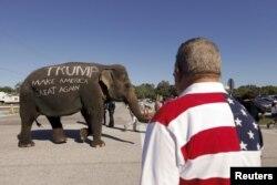 Người ủng hộ Donald Trump diễu hành một con voi mang tên ông ta trước một buổi vận động ở Sarasota, bang Florida, ngày 28 tháng 11, 2015.
