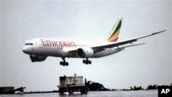 Pesawat jenis Boeing 787 Dreamliner milik maskapai penerbangan Ehiopian Airlines tiba di bandara internasional Bole di Addis Ababa (17/8).