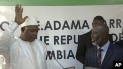 ທ່ານ Adama Barrow (ຊ້າຍ) ກຳລັງສາບານໂຕ ເປັນ ປະທານາທິບໍດີ ປະເທດແກມເບຍ.