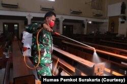 Seorang personel TNI menyemprot disinfektan di ruangan salah satu gereja di Solo, Kamis, 19 Maret 2020. (Foto: Humas Pemkot Surakarta)