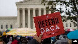 Biểu tình bên ngoài Tối cao Pháp Viện Mỹ ngày 12/11/219 ủng hộ chương trình DACA.