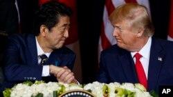 PM Jepang Shinzo Abe dan Presiden AS Donald Trump dalam pertemuan di New York tahun lalu (foto: dok).