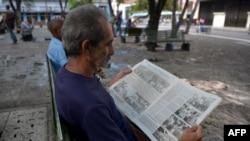 Seorang pria membaca koran di Havana, Kuba, 19 Mei 2018.