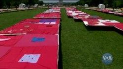 Ти - не на самоті. У Вашингтоні активісти виклали тисячі ковдр з історіями людей, які постраждали від насильства. Відео