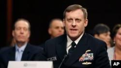 Laksamana Michael Rogers, direktur Badan Keamanan Nasional dan kepala Komando Dunia Maya pada Departemen Pertahanan, bersaksi di depan Kongres. (Foto: Dok)
