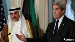 존 케리 미국 국무장관(오른쪽)이 지난 21일 워싱턴 국무부 청사에서 사바 칼리드 알 사바 쿠웨이트 외무장관과의 양자회담에 앞서 가진 기자회견에서 미국과 쿠웨이트 간 협력 분야를 설명하면서 대북 압박 노력을 예로 들고있다.