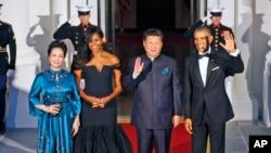 美国总统奥巴马和夫人,中国主席习近平和夫人抵达美国国宴宴会厅时挥手致意(2015年9月25日)