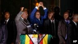 Emmerson Mnangagwa (tengah baju biru), menyalami pendukungnya di luar markas partai Zanu-PF di Harare, Zimbabwe, Selasa (22/11).
