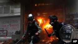 9月29日示威者打碎一個地鐵站的窗子並向裡面扔燃燒彈。