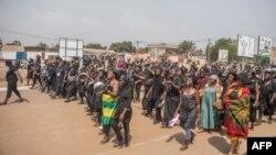 Des femmes togolaises vêtues de noir manifestent dans les rues de Lomé, le 20 janvier 2018.