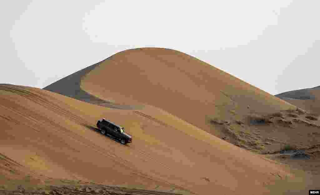 اتومبیل رانی آفرود در کویر مرنجاب ایران