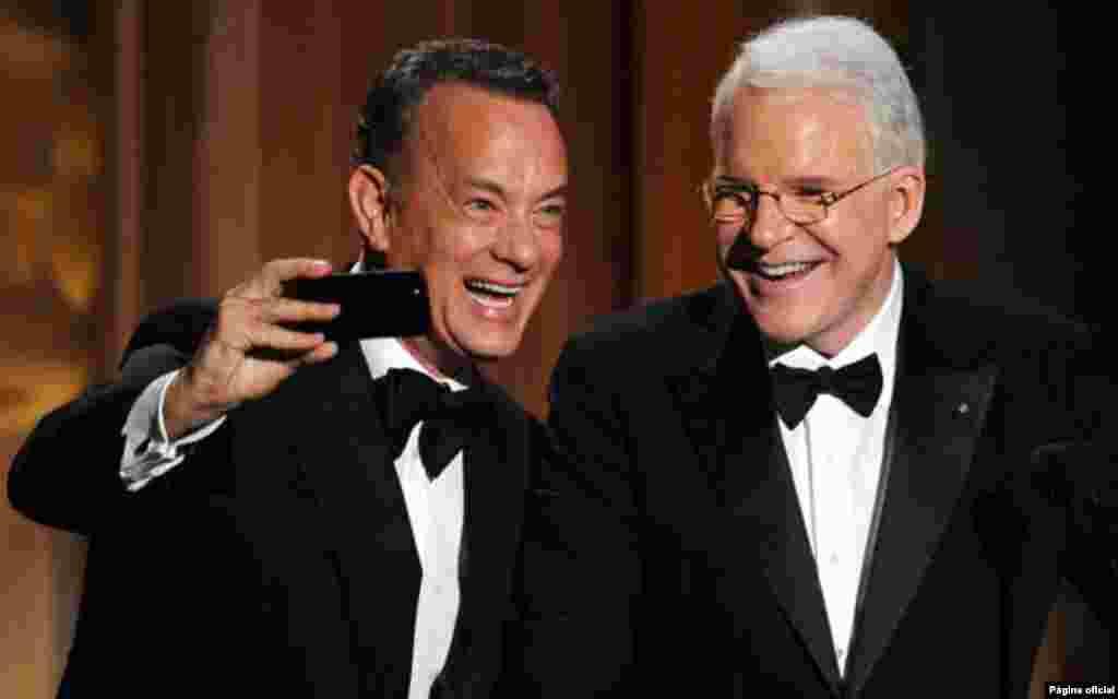 """Os actores de Hollywood, Tom Hanks e Steve Martin, tiram uma fotografia enquanto apresentam um dos vencedores dos """"Governors Awards"""". Apanhar os amigos desprevenidos também dá bom resultado"""