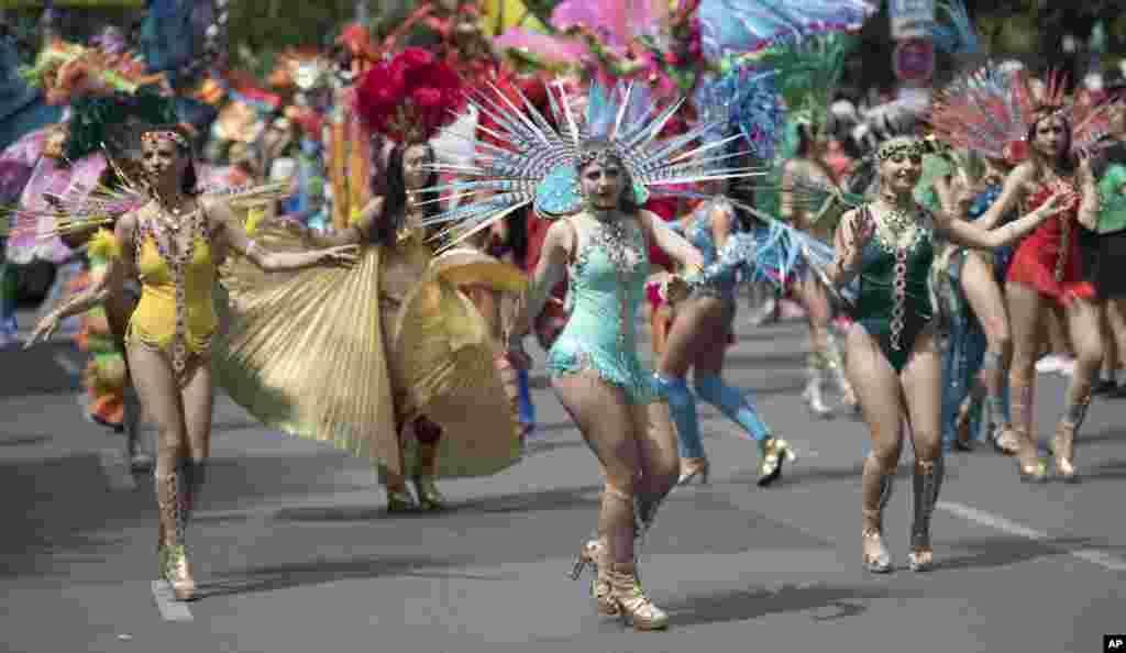 کارناوال «فرهنگها» در برلین آلمان - گروهی در حال رقص گروهی. در این کارناوال که یکشنبه برگزار شد، ملیتها و اقوام مختلف با نمادهای فرهنگی خود در قالب این کارناوال رژه می روند.