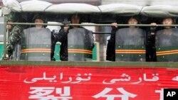 Polisi paramiliter berpatroli di jalan-jalan di Urumqi, provinsi Xinjiang, China bagian barat.