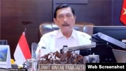 Menko Marves Luhut Binsar Pandjaitan mengatakan Pemerintah memperpanjang kebijakan PPKM per Level selama dua minggu dalam telekonferensi pers di Jakarta, Senin, 20 September 2021. (VOA)