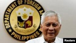 Menteri Luar Negeri Filipina Albert Del Rosario di kantor pusat Departemen Luar Negeri di Manila (Foto: dok).