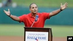 Iván Rodríguez, exjugador de los Texas Rangers y de los Nacionales de Washington, entre otros, fijó un récord con 13 Guantes de Oro a lo largo de una carrera en la que estableció como uno de los mejores cátchers de todos los tiempos