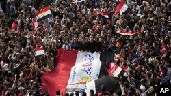 군최고위원회의 권력이양을 촉구하며 이집트 카이로 타흐리르 광장에서 시위를 벌이는 대규모 시위대