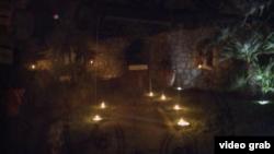 حیاط رستوران از قبل برای زوج مهمان با شمع چراغانی می شود.