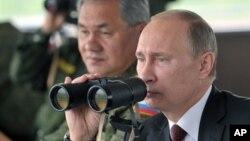 Владимир Путин наблюдает военными учениями. 16 июля 2013г.