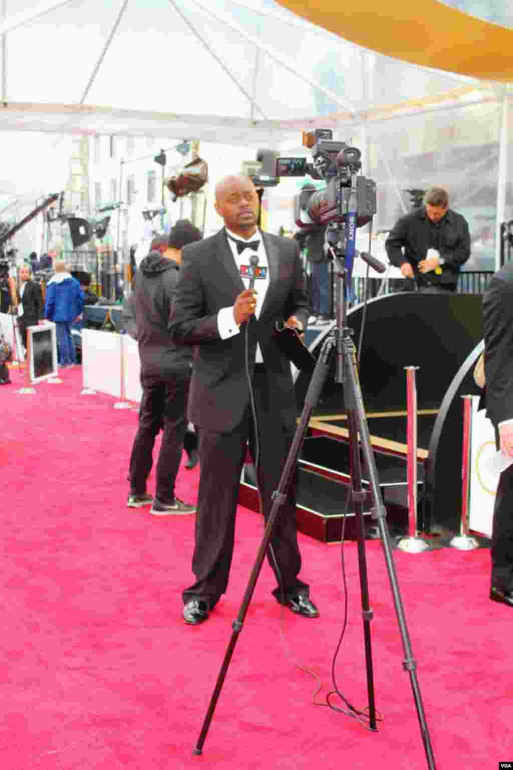 VOA French to Africa broadcaster Rajah Roger Muntu reports from the 2015 Oscars, February 2015.