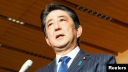 PM Jepang Shinzo Abe mengatakan kepada para wartawan bahwa ia akan berkunjung ke Pearl Harbor untuk bertemu dengan Presiden AS Barack Obama dalama kunjungan dua harinya ke Hawai (5/12). (foto: Kyodo via REUTERS).