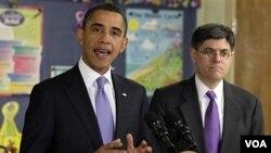 Presiden Barack Obama saat menjelaskan mengenai rancangan anggaran federal, didampingi Direktur Kantor Anggaran AS, Jacob Lew, Senin (14/2).