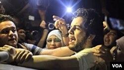 Wartawan Berbahasa Arab Al Jazeera Abdullah Elshamy disambut reman dan keluraganya setelah dibebaskan dari sebuah penjara di Kairo, Selasa sore (17/6).