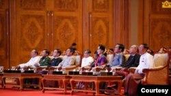 ICJ တြင္ အမႈရင္ဆုိင္ႏုိင္ေရး ရွင္းလင္းပြဲသုိ႔ တက္ေရာက္လာသည့္ အစုိးရႏွင့္ စစ္တပ္ ထိပ္တန္းေခါင္းေဆာင္မ်ား။ (ဓာတ္ပုံ - Myanmar State Counsellor Office, Nov 23, 2019)