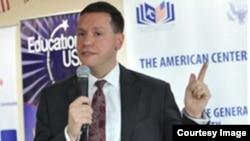 Cựu nhân viên lãnh sự Mỹ tại TP HCM Michael Sestak bị kết án hơn 5 năm tù tại tòa án liên bang ở thủ đô Washington hôm 14/8. (Ảnh: hochiminh.usconsulate.gov 2013).