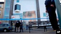 지난 9일 미국 뉴욕 브루클린 지역의 유대인 어린이 박물관에 폭탄 테러 위협이 있은 후 경찰이 주변을 지키고 있다.