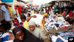 Wasu mata suna sayen kaya a kasuwar gwanjo ta Katangua dake Lagos.