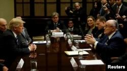 Президент США Трамп слухає Руді Джуліані під час наради із експертами з кібербезпеки у Білому домі на початку 2017-го року.