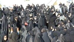 معترضان بحرینی در منامه در یک میدان اصلی شهر گرد هم آمده اند - ۱۵ فوریه ۲۰۱۱