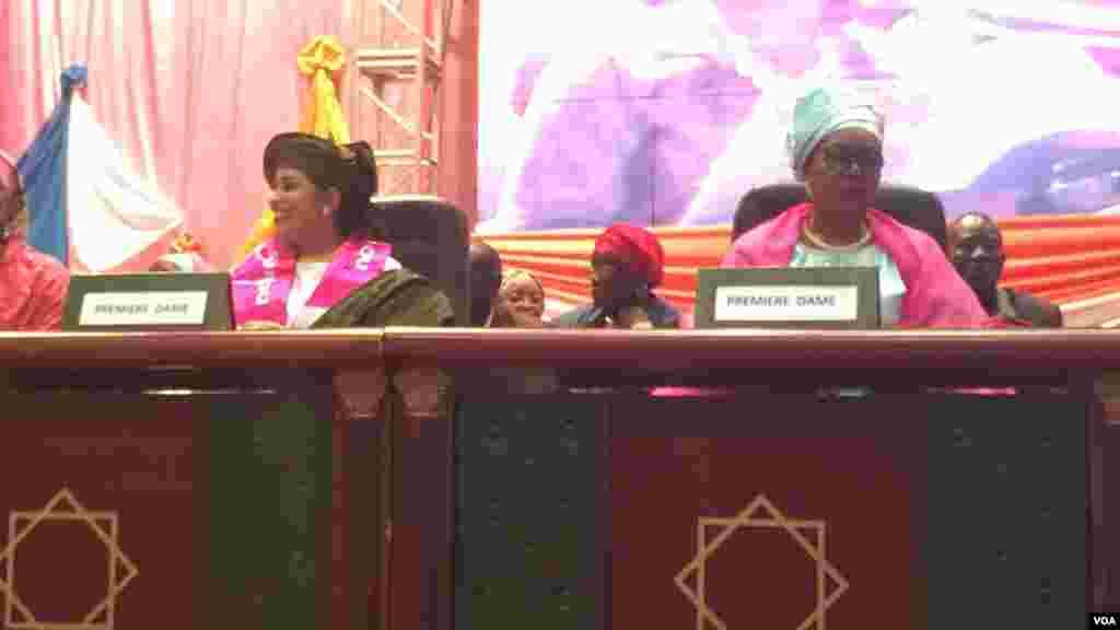 Les deux premières dames du Niger lors d'un meeting ayant réuni plus d'un millier de femmes des partis soutenant Mahamadou Issoufou, au Palais de Congrès de Niamey, Niamey 18 mars, 2016, Photo Bagassi Koura.