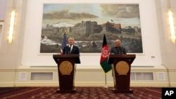 美国国防部长哈格尔(左)和阿富汗总统加尼在记者会上