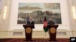 Bộ trưởng Quốc phòng Mỹ Chuck Hagel, trái, và Tổng thống Afghanistan Ashraf Ghani trong 1 cuộc họp báo ở Kabul, Afghanistan, 6/12/2014.