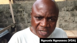 Eloi Sikoula, secrétaire général de l'UPC, se montre impatient à la détention de Paulin Makaya, à Brazzaville, le 5 décembre 2017. (VOA/Ngouela Ngoussou)
