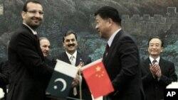 巴基斯坦总理吉拉尼(左)和中国总理温家宝(后右)在人民大会堂
