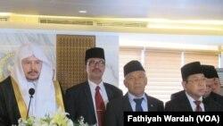 Ketua Majelis Syura Arab Saudi Syekh Abdullah bin Muhammad asy-Syekh(kiri) bersama Ketua dan Wakil ketua DPR dalam konferensi pers usai melakukan pertemuan di gedung DPR/ MPR Senayan, Jakarta. (VOA/Fathiyah Wardah)