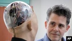 ARSIP - David Hanson, pendiri Hanson Robotics, berbicara dengan robot ciptaannya, Sophia, robot mirip manusia yang digerakkan dengan intelijen artifisial (foto: AP Photo/Kin Cheung)