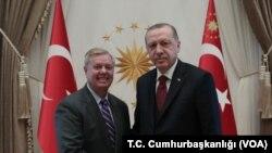 Сенатор-республиканец Линдси Грэм и президент Турции Реджеп Тайип Эрдоган в Анкаре