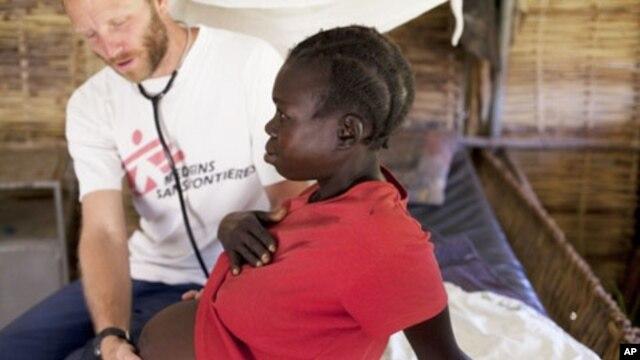 Bác sĩ khám cho một phụ nữ có thai 7 tháng bi nhiễm HIV
