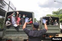 Militer membantu para napi yang dibebaskan sebelum masa tahan habis untuk menghindari kemungkinan peningkatan kasus virus corona (COVID-19) di penjara-penjara yang kelebihan penghuni di Depok, 2 April 2020. (Foto: Antara via Reuters)