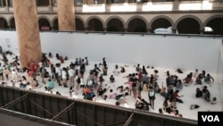 "Visitors gather at the National Building Museum exhibit ""The Beach"" in Washington, D.C. (W. Wisniewski/VOA)"