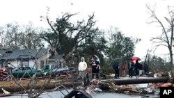 El tornado era parte de un muro de tormenta que viaja a través de la región, trayendo con él lluvia y condiciones inestables.