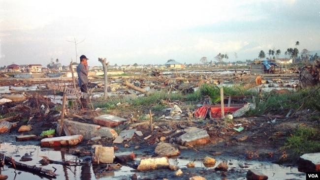 Warga meratapi kampungnya pasca tsunami (VOA/Eva M.)