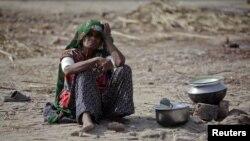 سیلاب سے متاثرہ ایک خاتون (فائل فوٹو)