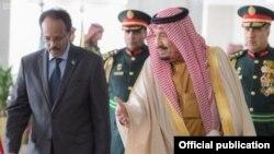 Shugaban Somalia Mohammad Abdullahi Mohammad (daga hagu) da Sarkin Saudi Arabia (daga dama)